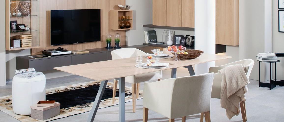 Moderne Esszimmergarnitur mit großen Stühlen
